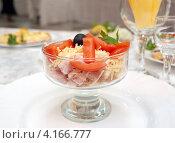 Купить «Салат из ветчины с помидорами и сыром в стеклянной салатнице», фото № 4166777, снято 1 сентября 2012 г. (c) Евгений Ткачёв / Фотобанк Лори