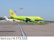 Купить «Airbus A319 (бортовой VP-BHV) авиакомпании S7 в Домодедово», эксклюзивное фото № 4173533, снято 20 июля 2011 г. (c) Alexei Tavix / Фотобанк Лори