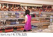 Купить «Продавщица в винном отделе», эксклюзивное фото № 4176325, снято 5 октября 2012 г. (c) Алёшина Оксана / Фотобанк Лори