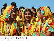 Раджастанские школьницы готовятся к танцевальному представлению на ежегодной Верблюжьей ярмарке в Пушкаре, Раджастан, Индия, 21 ноября 2012 года. Редакционное фото, фотограф крижевская юлия валерьевна / Фотобанк Лори