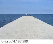 Белый парусник и пирс, Хорватия. Стоковое фото, фотограф Николаева Наталья / Фотобанк Лори