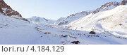 Небольшая долина между гор под снегом. Стоковое фото, фотограф Антон Жигаев / Фотобанк Лори