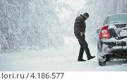 Купить «Водитель проверяет колеса автомобиля», видеоролик № 4186577, снято 12 января 2013 г. (c) Кекяляйнен Андрей / Фотобанк Лори