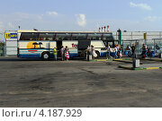 Купить «Посадка в автобус», фото № 4187929, снято 27 июля 2012 г. (c) Free Wind / Фотобанк Лори