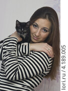 Девушка  держит котенка на руках. Стоковое фото, фотограф Сергей / Фотобанк Лори