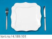 Купить «Белая квадратная тарелка и столовые приборы на синем фоне», фото № 4189101, снято 21 июля 2010 г. (c) Андрей Кузьмин / Фотобанк Лори