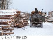 Купить «Лесовоз-автопогрузчик», фото № 4189825, снято 1 декабря 2012 г. (c) Кекяляйнен Андрей / Фотобанк Лори