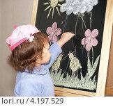 Купить «Маленькая девочка рисует цветными мелками на мольберте», фото № 4197529, снято 15 января 2013 г. (c) Ирина Борсученко / Фотобанк Лори