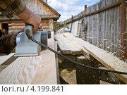 Купить «Столярные работы электрорубанком», фото № 4199841, снято 30 апреля 2012 г. (c) Ольга Денисова / Фотобанк Лори