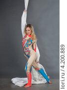 Купить «Девушка выполняет трюк на полотнах», фото № 4200889, снято 16 сентября 2012 г. (c) Литвяк Игорь / Фотобанк Лори