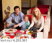 Купить «Семья в кафе», фото № 4203361, снято 8 июля 2012 г. (c) Гладских Татьяна / Фотобанк Лори