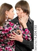 Молодые люди смотрят в глаза друг другу, фото № 4204193, снято 30 января 2012 г. (c) Сергей Сухоруков / Фотобанк Лори