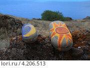 День и ночь. Раскрашенные камни на фоне моря. Стоковое фото, фотограф Дмитрий Хорошун / Фотобанк Лори