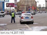 Купить «Инспектор ГИБДД дежурит на Тульской. Город Москва», фото № 4207193, снято 26 апреля 2012 г. (c) Павел Кричевцов / Фотобанк Лори