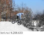 Купить «Полеты на велосипеде. Прыжок с поворотом», эксклюзивное фото № 4208633, снято 19 января 2013 г. (c) Валерия Попова / Фотобанк Лори