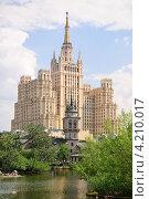 Вид из зоопарка на сталинскую высотку на Кудринской площади (2011 год). Редакционное фото, фотограф Алёшина Оксана / Фотобанк Лори