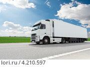 Купить «Белый большегрузный трейлер на дороге на фоне неба с облаками», фото № 4210597, снято 24 апреля 2012 г. (c) Дмитрий Калиновский / Фотобанк Лори