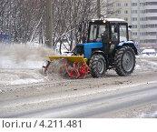 Купить «Трактор убирает снег, улица Курганская, район Гольяново, Москва», эксклюзивное фото № 4211481, снято 8 декабря 2012 г. (c) lana1501 / Фотобанк Лори