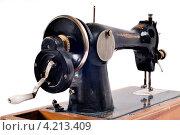 Купить «Старая швейная машинка», фото № 4213409, снято 5 апреля 2009 г. (c) Андрей Дыкун / Фотобанк Лори