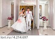 Жених и невеста идут по Дворцу Бракосочетаний. Стоковое фото, фотограф Антон Куделин / Фотобанк Лори
