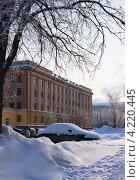 Занесенный снегом автомобиль на улице Челябинска (2013 год). Редакционное фото, фотограф Виктор Карпов / Фотобанк Лори