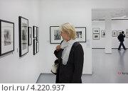 Купить «На выставке в Московском доме фотографии. ММАМ», фото № 4220937, снято 20 октября 2012 г. (c) Victoria Demidova / Фотобанк Лори