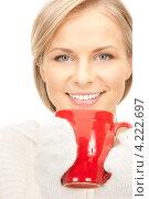 Купить «Молодая женщина в рукавицах с красной кружкой в руках», фото № 4222697, снято 30 октября 2010 г. (c) Syda Productions / Фотобанк Лори