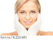 Купить «Очаровательная молодая женщина в вязаных рукавицах на белом фоне», фото № 4223681, снято 30 октября 2010 г. (c) Syda Productions / Фотобанк Лори