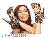Купить «Привлекательная девушка с туфлями леопардовой расцветки в руках», фото № 4223905, снято 6 ноября 2010 г. (c) Syda Productions / Фотобанк Лори