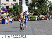 Купить «Юноша и девушка катаются парой», фото № 4225029, снято 30 августа 2012 г. (c) Анатолий Матвейчук / Фотобанк Лори