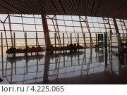 Купить «Зал ожидания в международном аэропорту  Пекина», эксклюзивное фото № 4225065, снято 3 декабря 2012 г. (c) Сергей Шустов / Фотобанк Лори