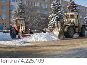 Коммунальные службы проводят уборку снега на улицах подмосковного посёлка (2013 год). Стоковое фото, фотограф Анастасия Богатова / Фотобанк Лори