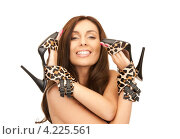 Купить «Счастливая женщина держит пару леопардовых туфель на каблуке в руках», фото № 4225561, снято 6 ноября 2010 г. (c) Syda Productions / Фотобанк Лори