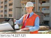 Купить «Архитектор с ноутбуком и чертежами на стройке», фото № 4227121, снято 13 августа 2012 г. (c) Яков Филимонов / Фотобанк Лори