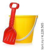 Купить «Детские игрушки, жёлтое ведёрко и красная лопатка на белом фоне», фото № 4228565, снято 20 мая 2019 г. (c) Петр Малышев / Фотобанк Лори