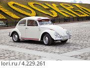 Купить «Автомобиль Volkswagen («Фольксваген») «Жук» на ралли классических автомобилей клуба РККА на Поклонной горе в Москве, Россия», эксклюзивное фото № 4229261, снято 21 апреля 2012 г. (c) Николай Винокуров / Фотобанк Лори