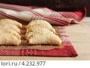 Купить «Хрустящие яблочные пирожки с корицей, коричневым сахаром и сыром чеддер на полотенце», фото № 4232977, снято 6 ноября 2011 г. (c) Анна Курзаева / Фотобанк Лори