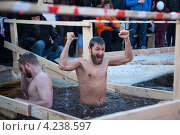 Купить «Мужчина радуется в проруби во время купания, Санкт-Петербург», фото № 4238597, снято 19 января 2013 г. (c) Кекяляйнен Андрей / Фотобанк Лори