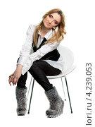 Купить «Стильная девушка сидит в кресле», фото № 4239053, снято 15 февраля 2012 г. (c) Сергей Сухоруков / Фотобанк Лори
