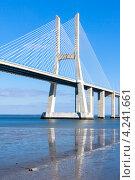 Мост Васко да Гама на фоне голубого неба, Лиссабон, Португалия (2011 год). Стоковое фото, фотограф Анастасия Золотницкая / Фотобанк Лори