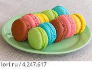 Разноцветные макаруни на тарелке. Стоковое фото, фотограф Наталья Глазкова / Фотобанк Лори