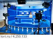 Купить «Диктор в телестудии», фото № 4250133, снято 24 июля 2009 г. (c) Александр Подшивалов / Фотобанк Лори