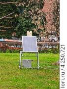 Купить «Солнечная батарея на газоне», эксклюзивное фото № 4250721, снято 21 ноября 2012 г. (c) Алёшина Оксана / Фотобанк Лори
