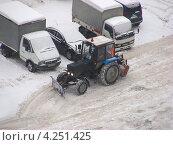 Купить «Трактор расчищает парковку после снегопада, район Новокосино, Москва», эксклюзивное фото № 4251425, снято 29 января 2013 г. (c) lana1501 / Фотобанк Лори