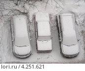 Купить «Машины на парковке, сильный снегопад, район Новокосино, Москва», эксклюзивное фото № 4251621, снято 29 января 2013 г. (c) lana1501 / Фотобанк Лори