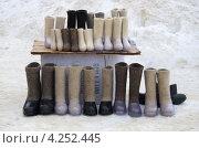 Купить «Продажа валенок», эксклюзивное фото № 4252445, снято 2 февраля 2013 г. (c) Елена Коромыслова / Фотобанк Лори