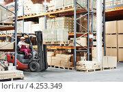 Купить «Рабочий склада на вилочном погрузчике», фото № 4253349, снято 4 июля 2011 г. (c) Дмитрий Калиновский / Фотобанк Лори