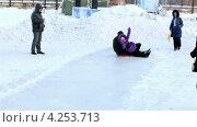 Купить «Радостные папа с дочкой скатываются с ледяной горки», эксклюзивный видеоролик № 4253713, снято 3 февраля 2013 г. (c) Юлия Машкова / Фотобанк Лори