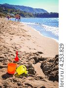 Детские игрушки на пляже в Чефалу (Сицилия) Стоковое фото, фотограф Anna Romashova / Фотобанк Лори