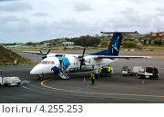 Купить «Погрузка багажа в самолет Bombardier Q200 авиакомпании SATA», фото № 4255253, снято 5 мая 2012 г. (c) Юлия Бабкина / Фотобанк Лори